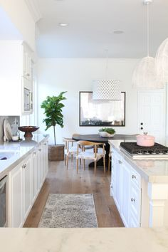 Step inside a bright white kitchen makeover with a dash of modern detailing. Home Interior, Kitchen Interior, Eclectic Kitchen, Interior Design, Luxury Furniture, Furniture Design, Ikea, Organizing Hacks, Cuisines Design