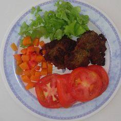 Almoço #lowcarb Hambúrguer assado Saladas tomate alface e cenoura  #fittododia1 #pravidatoda #comidadeverdade #nutricaocomamor #nutricao #projetobabababy #pravidatoda #healthylifestyle #healthyeating #fitness #meupratonaomecondena #almoçofit #reeducacaoalimentar by fittododia1