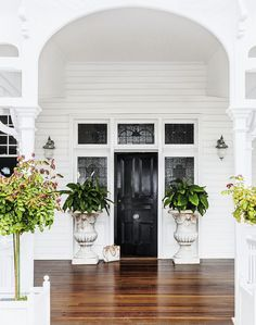 🌟Tante S!fr@ loves this 📌🌟This front door and surrounding stained glass are all original. The bespoke light fittings from Highgate House complement the heritage architecture. Beautiful Front Doors, Black Front Doors, Brisbane, Queenslander House, Weatherboard House, Front Verandah, Front Porches, Mesa Exterior, Cafe Exterior