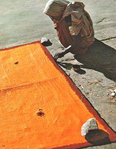 endilletante:  Werner Bischof, Woman dyeing a sari, Bombay, 1951. From Werner Bischof Pictures, Steidl, 1rst edition 2006.