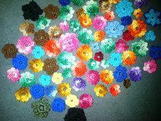 Creando flores coloridas para luego unir y hacer un camino para la mesa...!