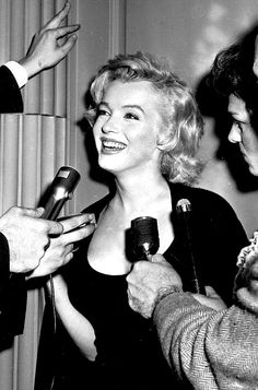 Marilyn at her Sutton Place apartment having a press conference about her upcoming marriage to Arthur Miller, 21 June Howard Hughes, Marilyn Monroe, Black White Photos, Black And White, 20th Century Fox, All The Princesses, Cinema, Imperfection Is Beauty, Candle In The Wind