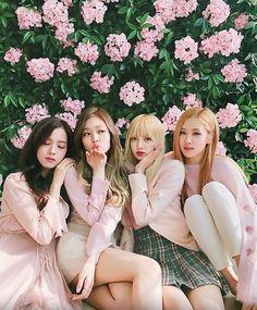 Blackpink Jennie and Lisa Kpop Girl Groups, Korean Girl Groups, Kpop Girls, Divas, Kim Jennie, Blackpink Fashion, Korean Fashion, K Pop, Blackpink Poster