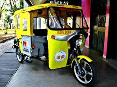 O empresário Ailton Trisão decidiu oferecer uma opção de transporte inusitada para poupar o bolso dos clientes com táxis depois da bebedeira: o tuk-tuk.