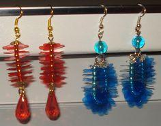 Bottiglie di plastica rosse e blu per ricavare i fiori di questi orecchini.