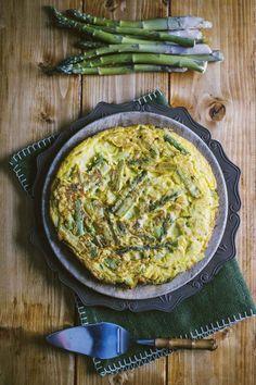 La frittata di asparagi è un secondo ricco e dal sapore delicato, con le verdure protagoniste: ogni occasione per gustarla è quella buona!