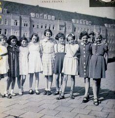 """Annes Geburtstagsfeier: An Anne Franks 10. Geburtstag im Juni 1939 treffen sich die Freundinnen aus der Schule. Unzertrennlich war das """"berühmt-berüchtigte"""" Dreiergespann Anne (2.v.l.), Sanne (3.v.l.) und Hannah (4.v.l.). Gemeinsam mit Sanne Ledermans Vater betrieb Hannahs Vater Hans Goslar ein Rechtsbüro für Flüchtlinge. Sanne und ihre Eltern haben das """"Dritte Reich"""" nicht überlebt."""