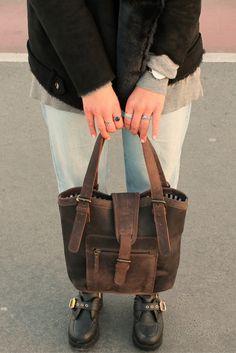 """Sie ist strapazierfähig. Sie ist schick. Sie ist unkonventionell. Sie ist praktisch. Sie ist einfach Klasse! Die Handtasche """"Rachel"""" weiß durch ihren jugendlichen Style und ihrer praktischen Handhabung jeden zu begeistern."""