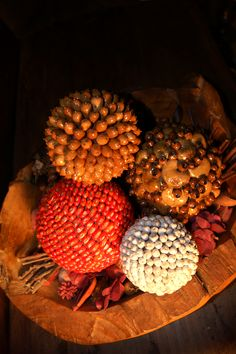 Spheres made of seeds from Guatemala/  Esferas hechas de semillas a mano de Guatemala.