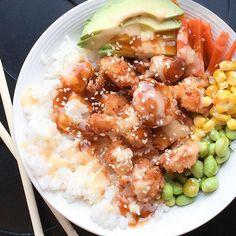 Ce beau poke bowl aux crevettes popcorn et edamame de @sparksandbloom est notre inspiration #fraichementpresse du jour!  #healthy #mtlblogger #mtlfoodie  #pokebowl #shrimp