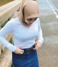 Pin Image by Hijabi Smart Beautiful Hijab Girl, Beautiful Muslim Women, Beautiful Asian Girls, Muslim Women Fashion, Modern Hijab Fashion, Casual Hijab Outfit, Hijab Chic, Hijabi Girl, Girl Hijab