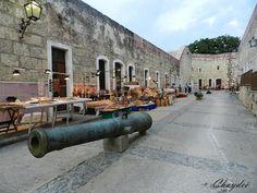 """""""Cañones y artesanos""""  El Castillo de San Carlos esta ubicado en la entrada de la Bahía de La Habana . Todas las noches tiene lugar allí la ceremonia del ´Cañonazo de las Nueve´. Este espectáculo recuerda al cañonazo que anunciaba el cierre de la murallas de la ciudad a las nueve de la noche . Se realiza con soldados vestidos al estilo del siglo XVIII y es muy emotivo."""