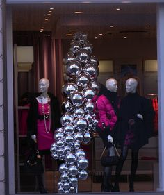 Easy & effective Christmas window display_ silver balls