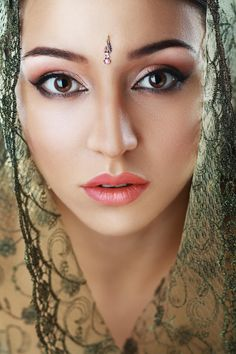Maryi - Indian beauty face close up perfect make up. Series. young beautiful brunette in traditional national dress