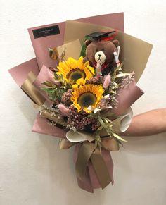Graduation Flowers Bouquet, Flower Bouquet Diy, Hand Bouquet, Rose Bouquet, Wrap Flowers In Paper, Table Flowers, Dried Flowers, Flower Arrangement Designs, Wedding Flower Arrangements