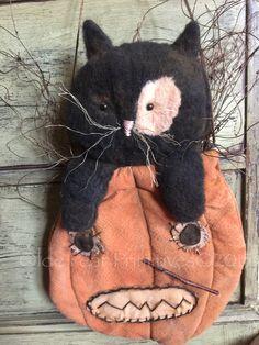 Primitive kitty in folk art pumpkin door hanger. Pattern by Olde Pear Primitives©2015 www.oldepearprimitives.com