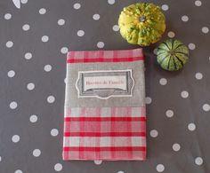 """Cahier de recettes vintage et son protège cahier en kelsch rouge/écru/étiquette """"Recettes de famille"""" : Cuisine et service de table par rouge-lin-et-bois"""