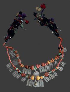 Collier deux rangs, Sud du Maroc alternant coquillages, perles d'ambre, corail et turquoises et luha en argent rehaussées d'un poignards en pendeloque, et deux pièces estampées dont l'une est rehaussée…