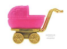 Słodkie opakowanie na pierścionek lub kolczyki w kształcie dziecięcego wózeczka, różowy wózek na biżuterię - idealny na prezent | NA PREZENT \ Opakowania na biżuterię od GESELLE Jubiler