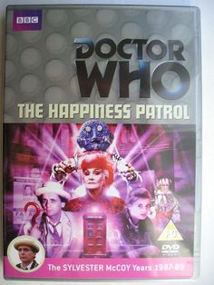 """""""The Happiness Patrol"""" è un'avventura della venticinquesima stagione della serie classica di """"Doctor Who"""" trasmessa nel 1988 con il Settimo Dottore ed Ace. È composta da tre parti, scritta da Graeme Curry e diretta da Chris Clough. L'immagine è quella dell'edizione britannica del DVD."""