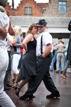 anders-anziehen Brugges.... It's tango-night at the fishmarket.