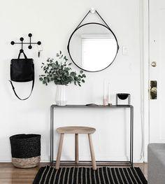 Entrada / hall de estilo nórdico e blanco, negro y madera.