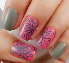 uñas rosa y gris con flores