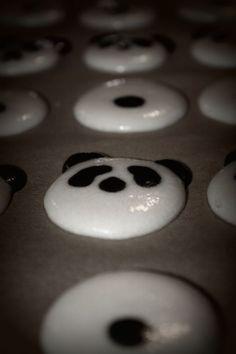 A pandás sütik közül a macaronnak volt az egyik legnagyobb sikere, ahogy a facebook-on megfigyeltük. A macaron még mindig menő (vajon még meddig?), és ha még pandás is..... Bakerella készített nemrég macis macaronokat, ezeken felbuzdulva láttunk neki a panda makiknak. Kötülbelül… Macarons, Minion, Latte, Baking, Facebook, Pandas, Bakken, Macaroons, Minions