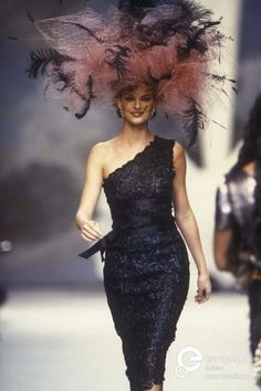 1f57b2b8277 Linda Evangelista (Philip Treacy) Chanel Fashion Show