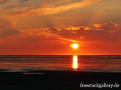 Roter Sonnenuntergang am Meer - Abendstimmung am Strand