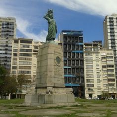 Estátua presenteada por José Vasconcelos no centenário da independência em 1922. Fica na praça do mesmo nome no Rio de Janeiro.