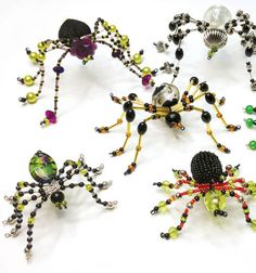 Break out the beads for a spooky Halloween spider craft with a free tutorial. Beaded Crafts, Beaded Ornaments, Wire Crafts, Jewelry Crafts, Diy Halloween, Halloween Jewelry, Halloween Spider, Christmas Spider, Spider Crafts