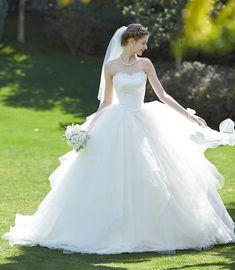 ハートカットのビスチェに幾重にも重なったチュールが愛らしいプリンセスラインのウェディングドレス。 ふんわり優しい印象に Bridal Wedding Dresses, Dream Wedding Dresses, Designer Wedding Dresses, Bridal Style, Wedding Bride, Bride Groom, Beautiful Gowns, Elegant Dresses, Wedding Styles