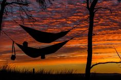 Hammock camping is an alternative way of camping that does not require the use of a tent. To begin, a hammock camper is a camper that sleeps on a hammock Backpacking Hammock, Camping And Hiking, Camping Hacks, Camping Gear, Camping Activities, Sanftes Yoga, Sleep Better Tips, Wild Campen, Fatigue