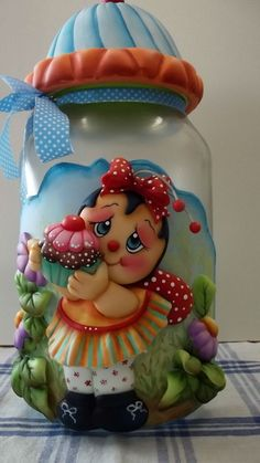 Pote de vidro de 3 litros, trabalhado em biscuit com joaninha, cupcake e flores. Pronta entrega. R$ 92,00