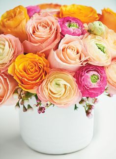 A gorgeous and totally easy DIY floral arrangement Create a stunning floral arrangement with these easy tips plus other fun ways to display fresh blooms. Cute Crafts, Diy And Crafts, Hanging Centerpiece, Flower Chandelier, Birthday Party Centerpieces, Diy Flowers, Fresh Flowers, Diy Wreath, Floral Arrangements