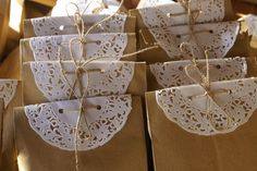 Las blondas de papel son ideales para realizar bolsitas de regalo super coquetas, para decorar cualquier fiesta a modo de guirnalda, crear floreros con un toque muy Chic, envolver velas, cubiertos, cuadernos y todo lo que se te pueda ocurrir, si deseas ver el tutorial para hacer invitaciones AQUÍ lo encontrarás. Checa a continuación las … Diy And Crafts, Crafts For Kids, Arts And Crafts, Première Communion, Diy Outdoor Weddings, Baptism Party, Gift Packaging, Baby Shower Decorations, Diy Gifts