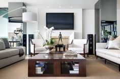 A Home that Incorporates the Clients' Art Collection by Antoni Associates