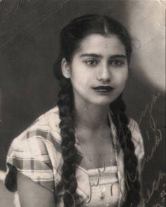 María Teresa Mirabal   El 25.11.1960, los cuerpos de las hermanas Mirabal eran hallados, destrozados, en el interior de un jeep hundido en un barranco, en Salcedo, al noreste de República Dominicana. Horas antes, las tres mujeres, activas militantes contra el régimen de Trujillo, habían sido asesinadas por un escuadrón enviado por el dictador. Los hombres del autócrata las mataron a golpes y las metieron dentro del vehículo para simular un accidente.