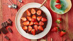 Nechajte sa inšpirovať novým receptom Adriany Polákovej v Lidl Cukrárni na stránke kuchynalidla.sk a upečte svojim blízkym tvarohový cheesecake s čokoládovou polevou a čerstvými jahodami.