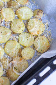 Kesällä tulee herkuteltua yllin kyllin uusilla perunoilla ja niitä tulee myös usein keitettyä liikaa. Ylijäämä perunoista tulee aina kehiteltyä seuraavana päivänä jotain. Tällä kertaa viipaloin perunat pellille ja kuorrutin ne parmesaanilla. Paahdetuista parmesanperunoista tuli aivan... Potato Recipes, Potato Salad, Shrimp, Food And Drink, Potatoes, Meat, Cooking, Ethnic Recipes, Kitchen