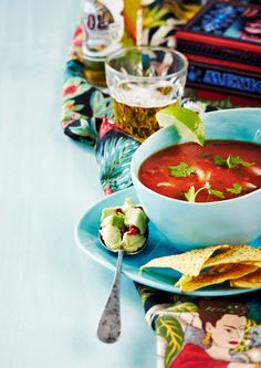 Tomaattisessa kanakeitossa maistuvat tutut meksikon maut. Broilerin koipireidet saat revittyä meheviksi suupaloiksi. Thai Red Curry, Soup Recipes, Chili, Salsa, Mexican, Koti, Ethnic Recipes, Soups, Food