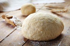 De beroemde Napolitaanse pizza-vereniging Associazione Verace Pizza Napoletana heefteen kookboek gemaakt over de Napolitaanse pizza. En die isnu ook vertaaldnaar het Nederlands!Om dit te vieren delen we graag het recept voor klassiek pizzadeegmet jullie. Het is even wat werk… maar dan heb je ook wat! Deeg kneden Giet het water in de kom, los het …