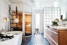 I Jenny och Patriks badrum är känslan av lyx inbyggd ända in i kakelväggarnas nischer. Med bubbelbad, musikanläggning och bastu har de byggt ett badrum att hämta kraft i. Home Spa, House Design, Interior, Dream Bathrooms, Bathroom Retreat, Dream Bath, House Styles, Nordic Home, Bathroom Renovation