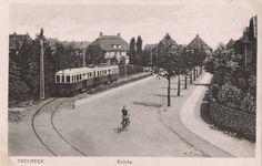 Treebeekstraat (foto ± 1930): Entree van Treebeek rechts van de ingenieurswoningen. De tram gaat richting Brunssum. De jongedame op de fiets is de bekende juffrouw Serrarens van de St. Franciscusschool