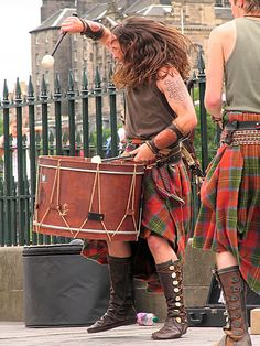 Albannach - drumming in Scottish plaid kilt ceremony. Love the ace up boots and flowing long hair that shows drumwork action! Scottish Music, Scottish Man, Scottish Dress, Scottish Culture, Motif Music, Tweed, Celtic Music, Men In Kilts, Komplette Outfits