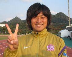 [ キャンプレポート2012:広島 ] とびきりの笑顔を見せてくれたのは、今シーズン、新潟から広島に新加入した千葉和彦選手。明るい広島のチームカラーにもすっかりなじんでいるようで、この笑顔。「ピッチ内はぴりっとしているけれど、ピッチを離れると、みんな明るい人ばかりですぐなじめました」とおっしゃっていました。 ピッチ内の真面目な話を終えると、「サンフレ劇場」に向けた、かなり熱い意気込みも語ってくださいました。ピッチ内だけでなくピッチ外でも主力になる可能性がぷんぷん漂っていました。サポーターの皆さん、ご期待ください。  ---------- ☆広島:お得なシーズンパス 申込受付中! ☆2012シーズンもスカパー!はJ1・J2リーグ戦を全試合放送! ---------- ■FUJI XEROX SUPER CUP 2012 2012年3月3日(土) 13:35キックオフ/国立 柏レイソルvsFC東京 ※詳細は【こちら】  2012年2月10日(金):沖縄県