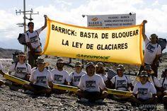 2011. Entrada de Veladero y Pascua Lama (San Juan), emprendimientos de la minera canadiense Barrick Gold. Durante tres días, 50 activistas de Greenpeace resistieron en la entrada de la mina para pedir al gobierno nacional que reglamente la Ley de Glaciares, aprobada a fines de 2010. Como resultado de esta acción, logramos la reglamentación de la Ley.