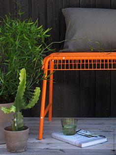 Som en saftig citrusfrukt i mättat orange är VÄSTERÖN bänk ett självklart komplement till sommarens frodiga grönska.