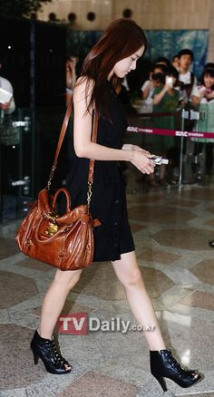 snsd yoona airport fashion.. black and brown my kinda colors